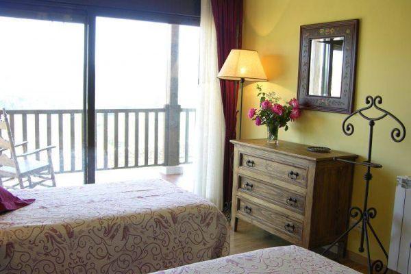 fm-habit-planta-superior-dos-camas-madera-comoda-y-vistasEF29D5EB-11DD-ED91-190F-E7082DF6C1ED.jpg