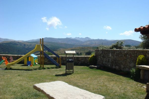 fm-jardin-columpios-mesa-barbacoaEDC393E5-58CD-502E-D4EF-38E5AE7A8BC7.jpg
