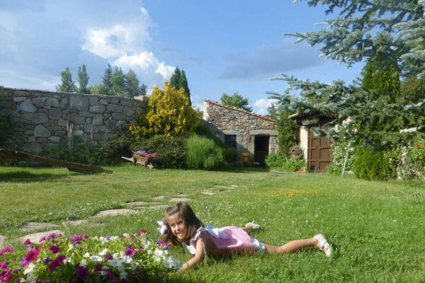 fm-exterior-jardin-norte-verano-nina68CE8B6D-8A39-C54D-9078-C1E12D04A99D.jpg